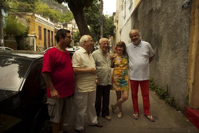 Guido Araújo (no centro) com Nelson Pereira dos Santos e equipe de filmagem Foto: Divulgação