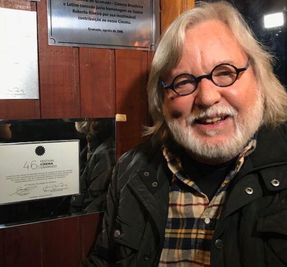 Paulo Mendonça ao lado da placa de homenagem do Canal Brasil em Gramado
